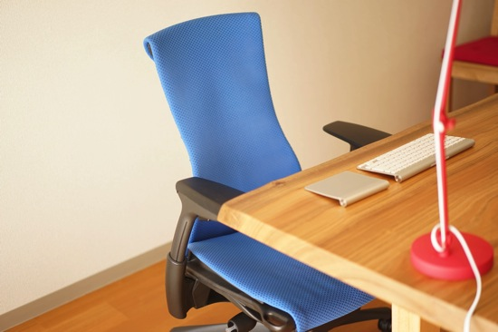Embody Chair(エンボディチェア)レビュー。PCと同じくらいの値段の椅子は、値段分の効果があるのか